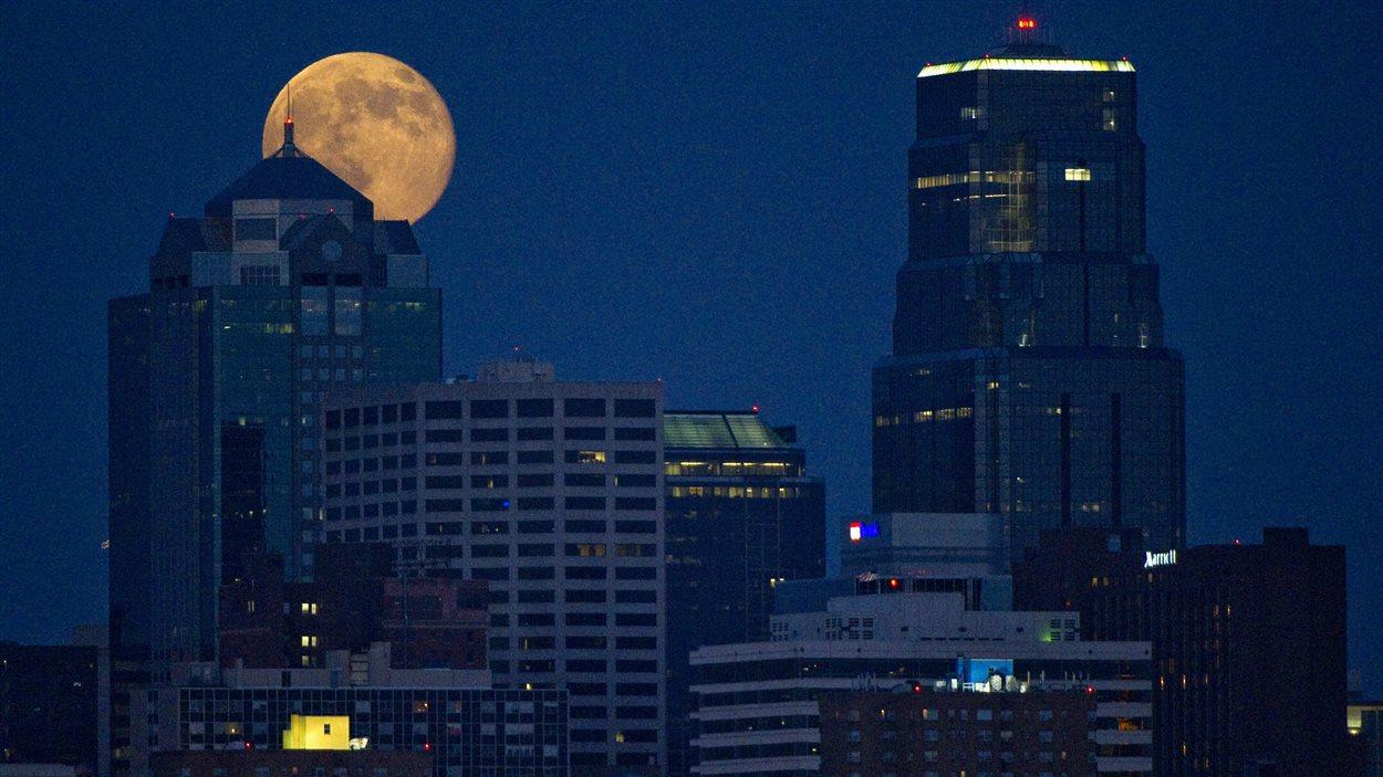 La super Lune illumine Kansas City, au Missouri (12 juillet 2014)