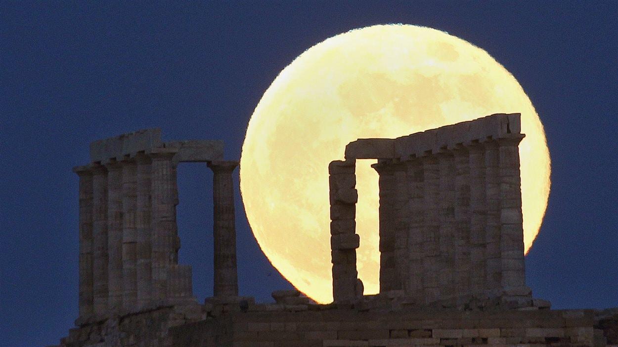 Une super lune illumine le temple de Poséidon, en Grèce (22 juin 2013)