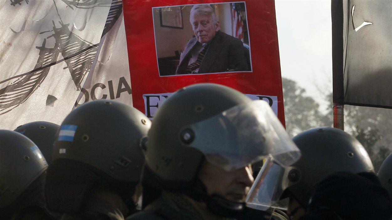 Des manifestants portent une photo du juge Griesa lors d'une manifestation à Buenos Aires le 8 août 2014