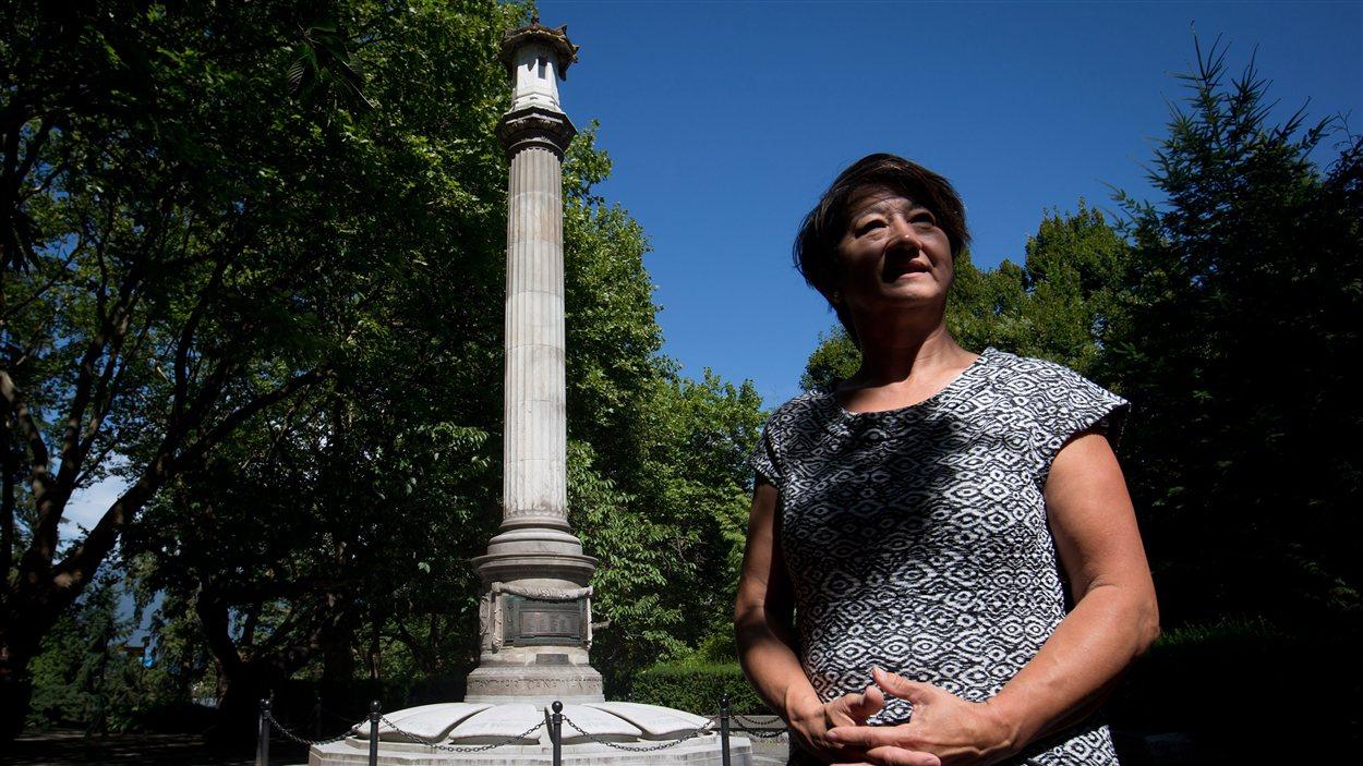 Linda Kawanmoto Reid devant le cénotaphe à Vancouver.