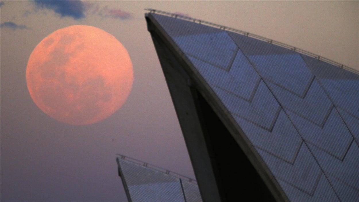 La super Lune et l'Opéra de Sydney, en Australie (10 août 2014)