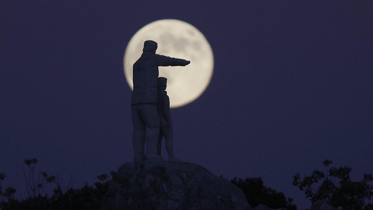 Une statue dédiée aux gardes forestiers, dans le Parc naturel de la Sierra de las Nieves, dans le sud de l'Espagne, et la super Lune (10 août 2014)