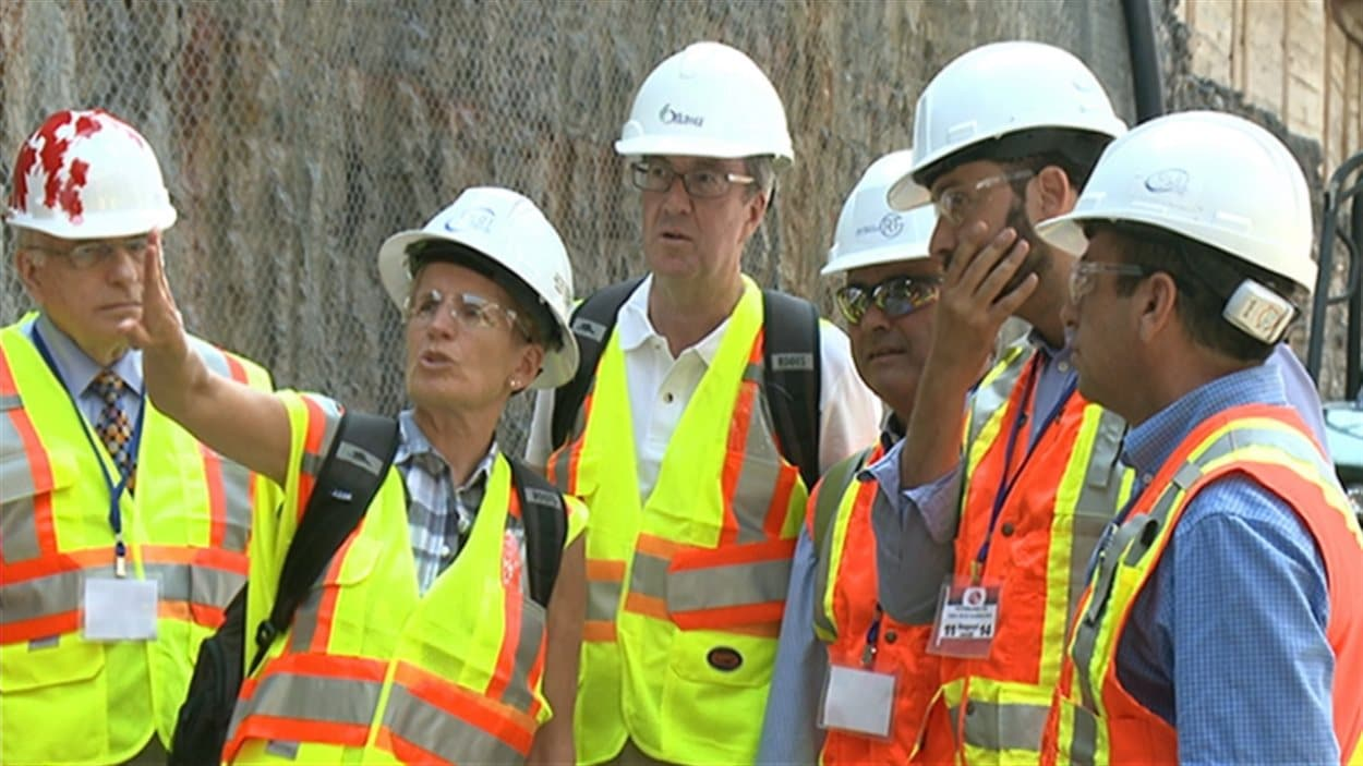 La première ministre de l'Ontario, Kathleen Wynne, visite le tunnel du train léger en compagnie du maire d'Ottawa Jim Watson.