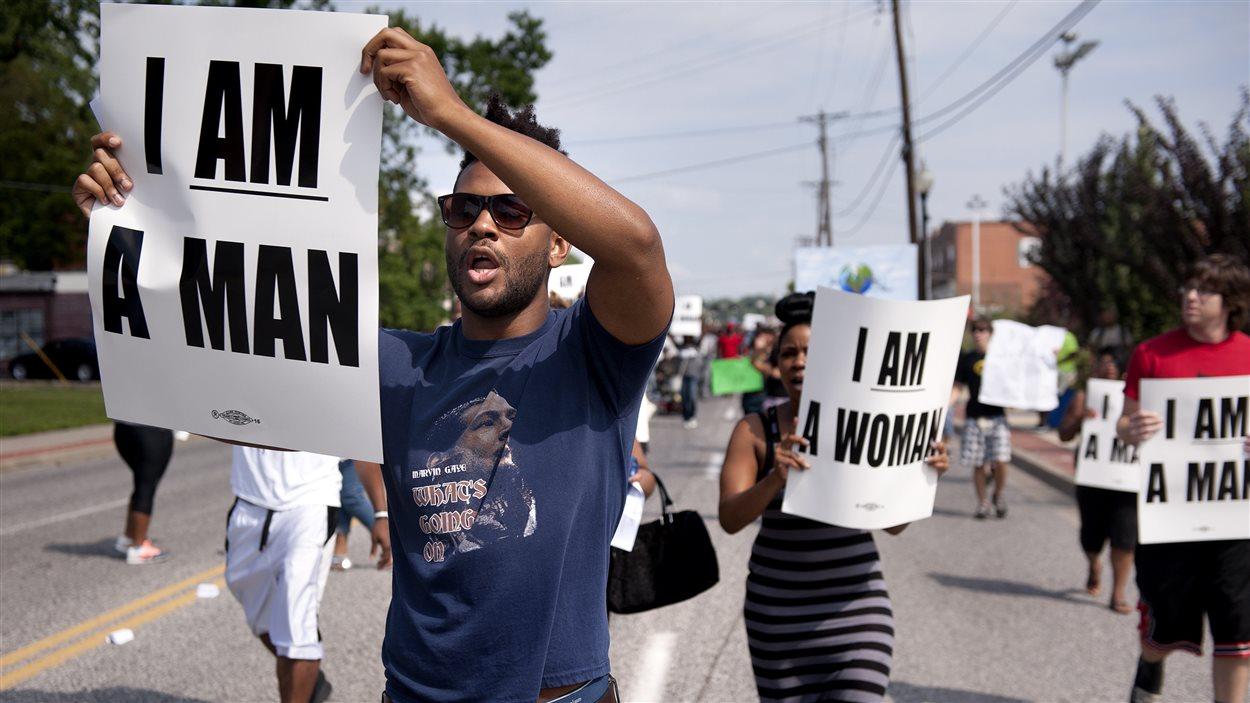 Des résidents de Ferguson ont continué de manifester dans les rues de la ville lundi. Ils demandent justice pour Michael Brown.