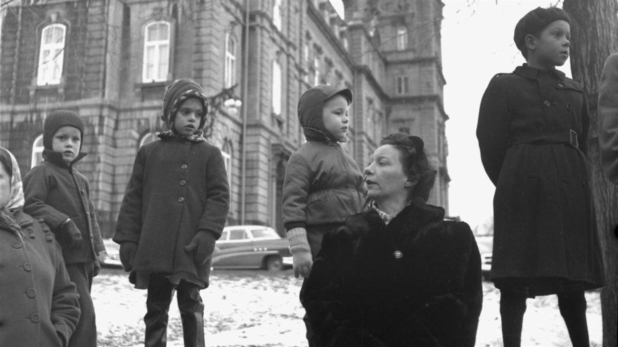 Lida Moser : Vue prise lors d'un défilé militaire, sur la Grande Allée près du parlement, à Québec, automne 1950, image d'après un négatif original (6 x 6 cm), (P728,S1,D1,PWQ-81)
