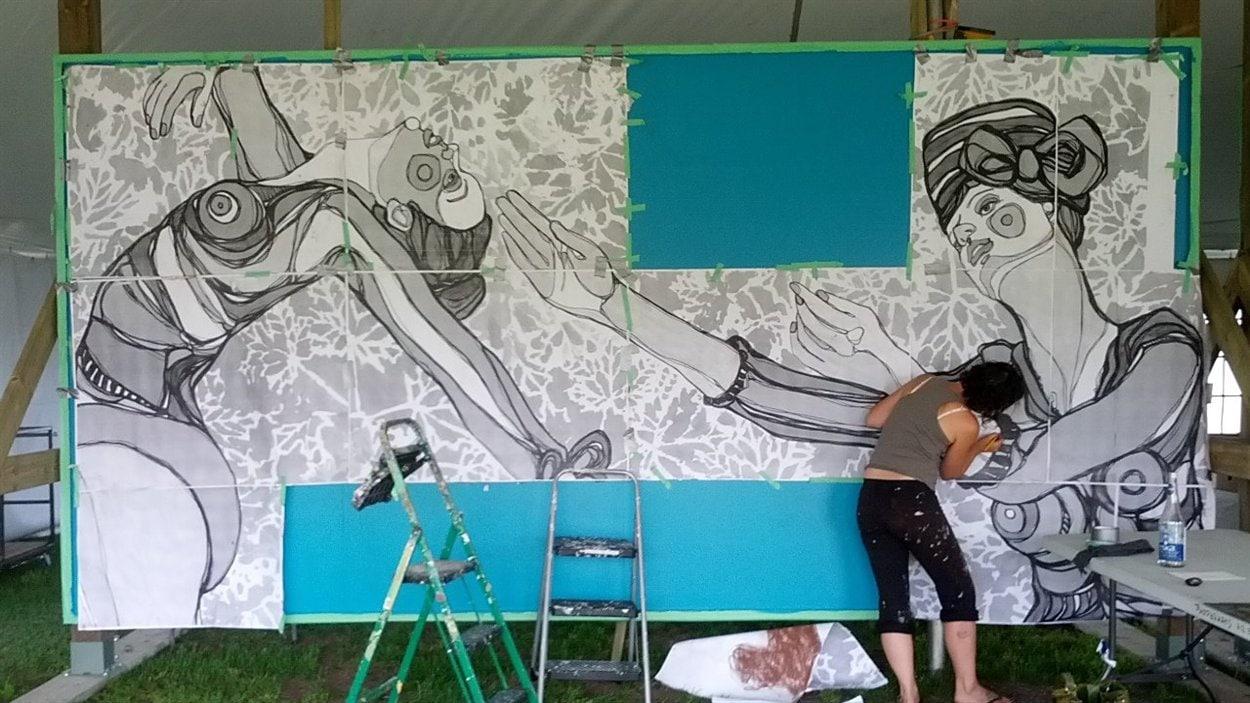 Adèle Blais est l'une des peintres qui participent au Symposium d'art mural de Sherbrooke.