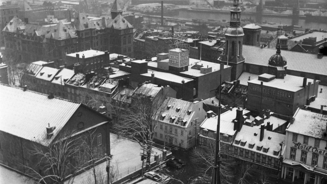 Lida Moser, Vue panoramique vers le quartier Limoilou, depuis les toitures du Château Frontenac, à Québec. Gélatine argentique, 19 x 19 cm. (P728,DWQ,P58)