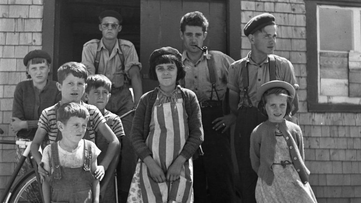 Lida Moser : La famille du conteur Pierre Pilote, Les Éboulements, été 1950, gélatine argentique, 26,8 x 30,3 cm (P728,DQ5,P8)