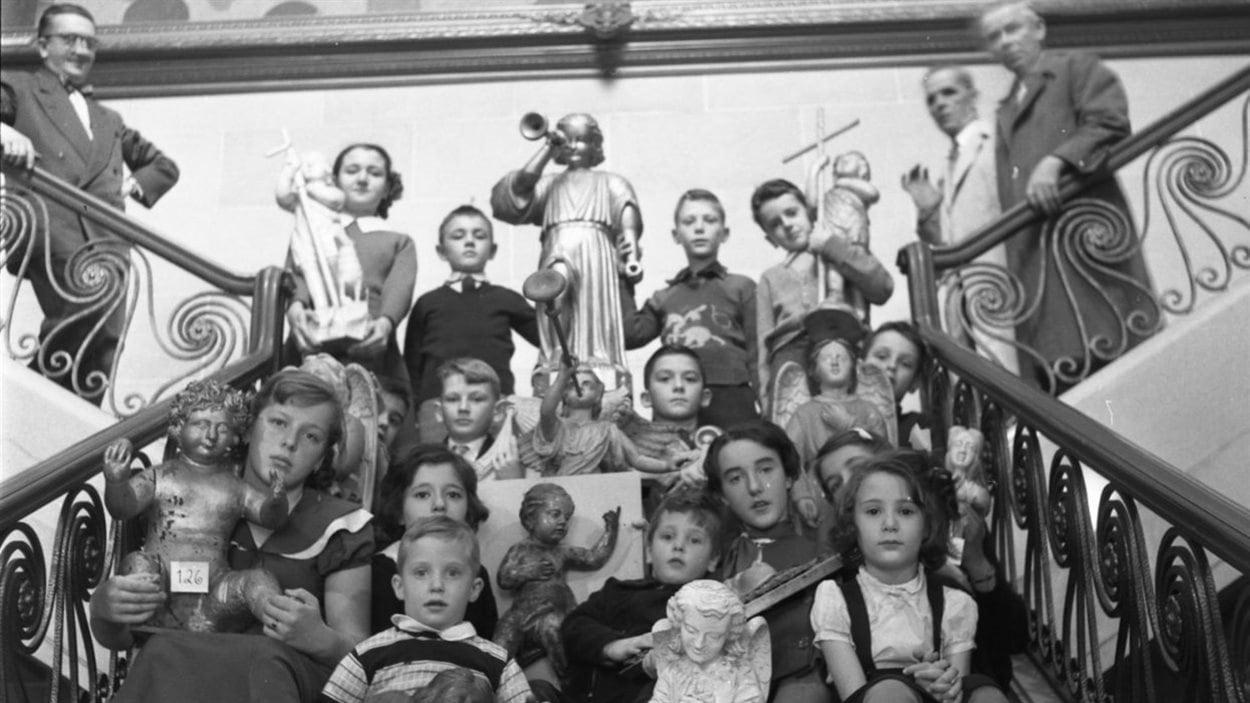 Lida Moser, Groupe d'élèves de l'École Moderne photographié avec des sculptures de la collection Paul Gouin, assis dans un escalier du Musée de la province à Québec. Négatif sur acétate, 6 cm x 6 cm. (P728,S1,D1,PWQ-66)