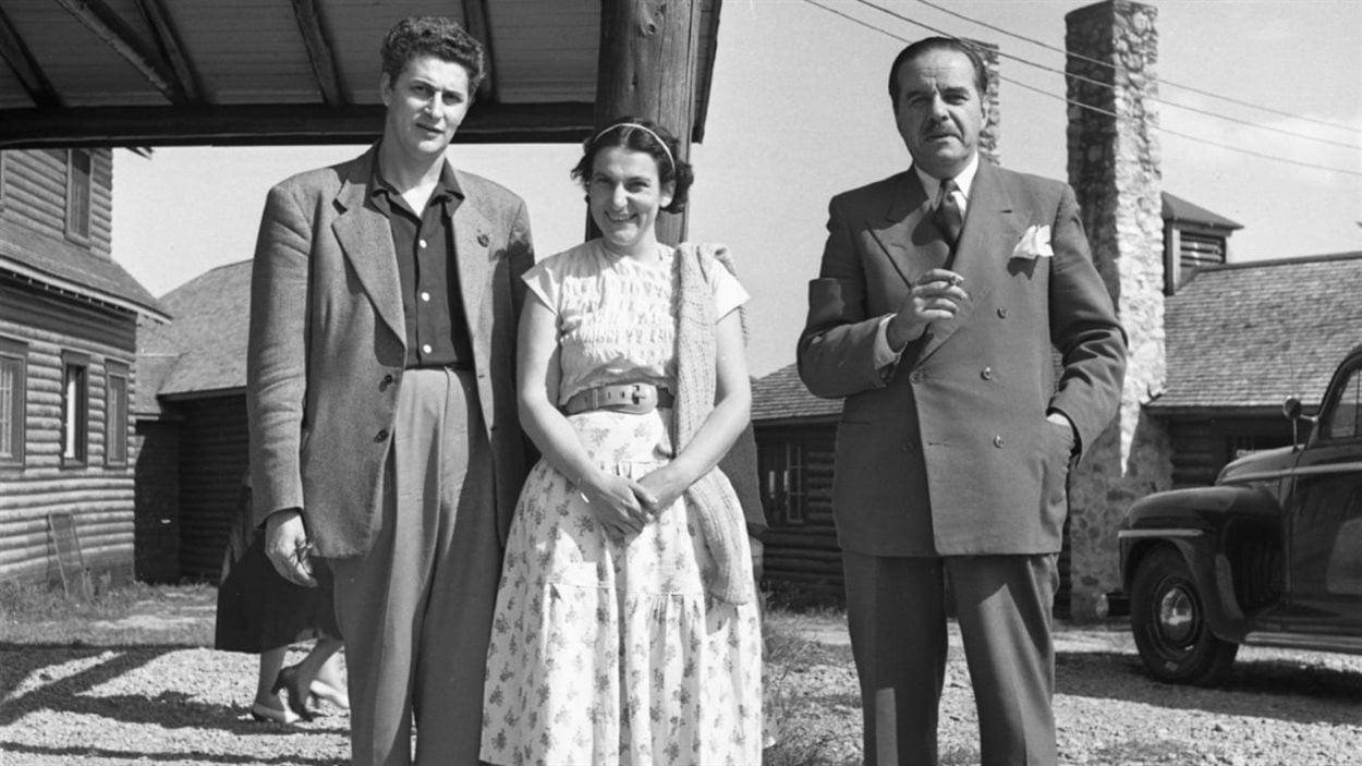 Photographie probablement de Suzanne Guité, Luc Lacourcière, Lida Moser et Paul Gouin, sur le site de l'Hôtel Le Pic de l'Aurore, à Percé. Gélatine argentique, 24,2 x 19,4 cm. (P728,DQ13,P8)