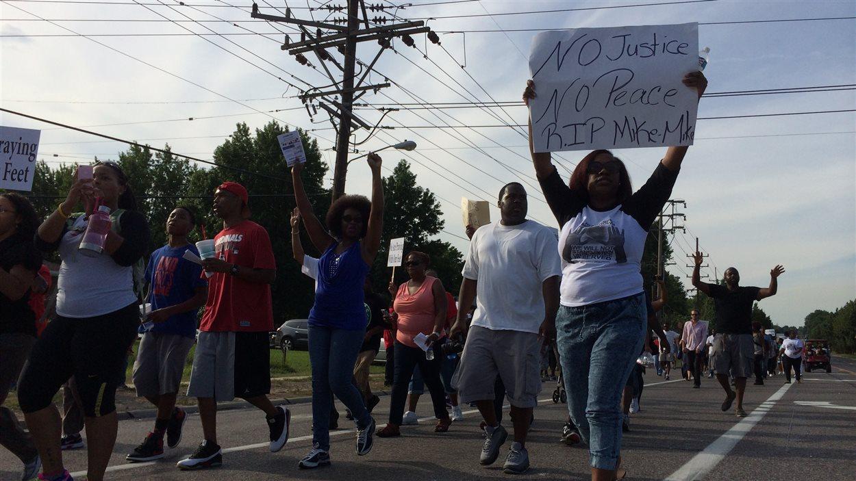 Manifestants à Ferguson près de l'endroit où Michael Brown a été tué.