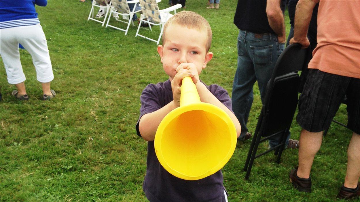 un jeune joue de la musique
