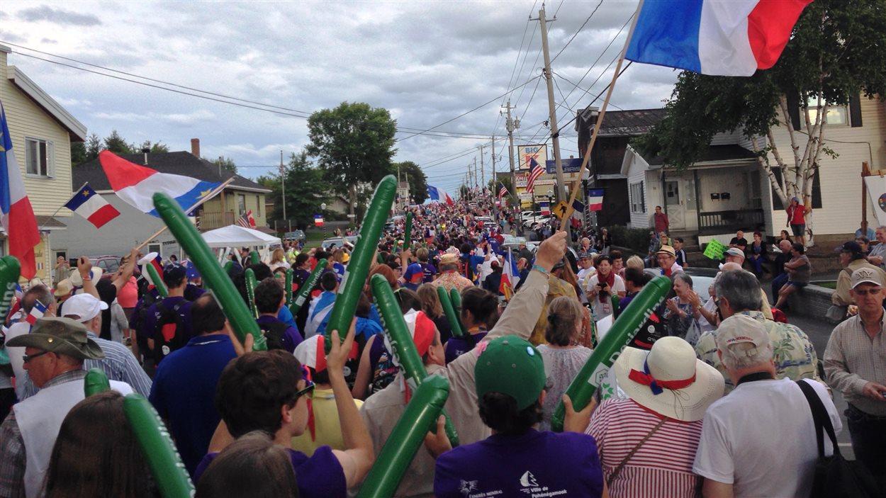 Des milliers de personnes marchent dans la rue