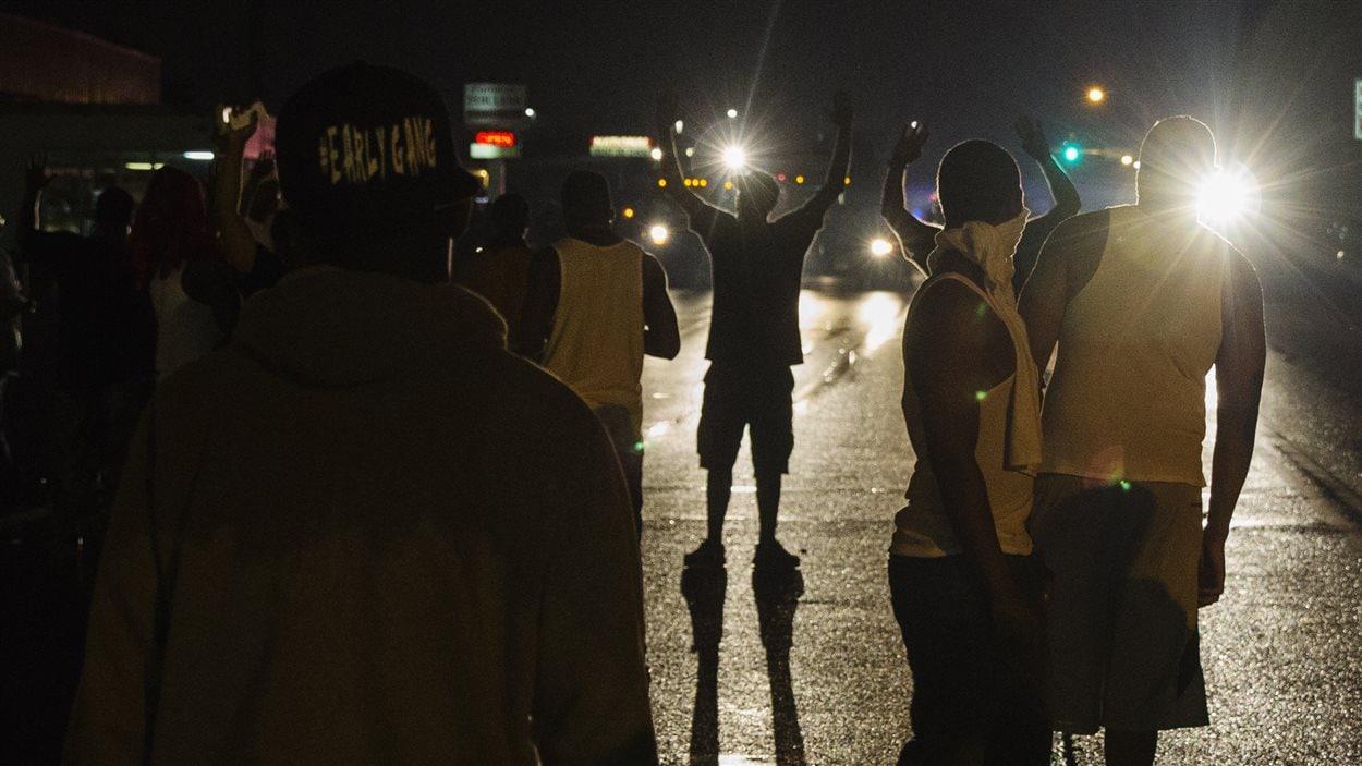 Manifestants à Ferguson, dans la nuit de vendredi à samedi
