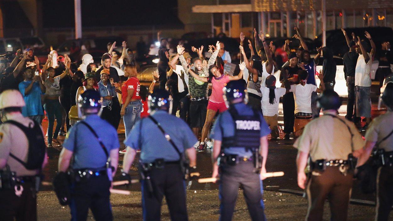Manifestants et policiers se font face à Ferguson.