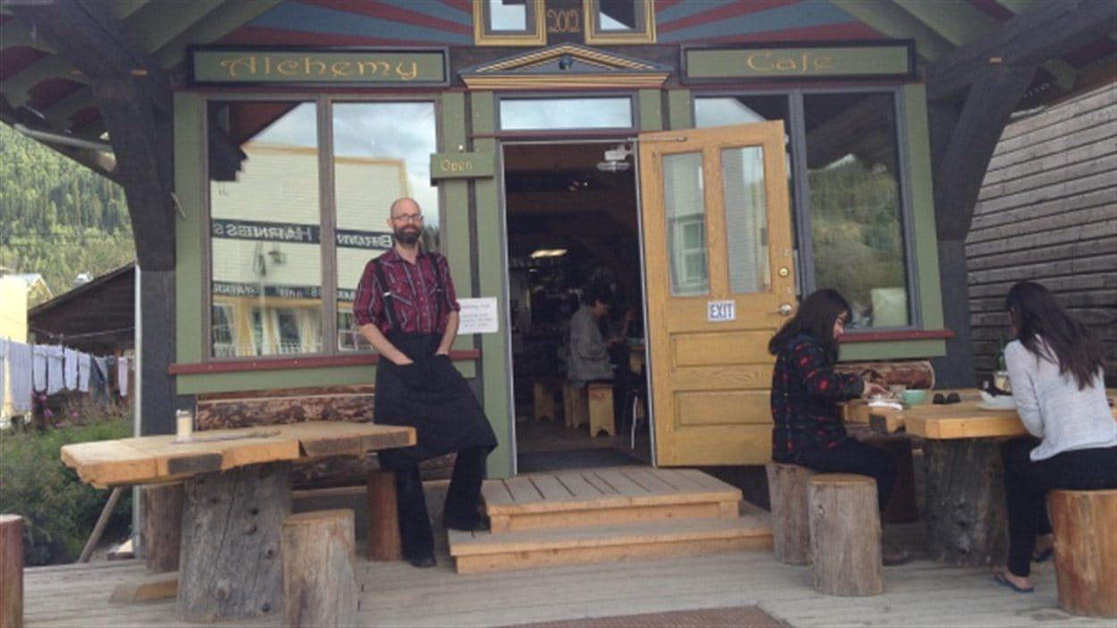 Florian Boulais devant son café à Dawson City