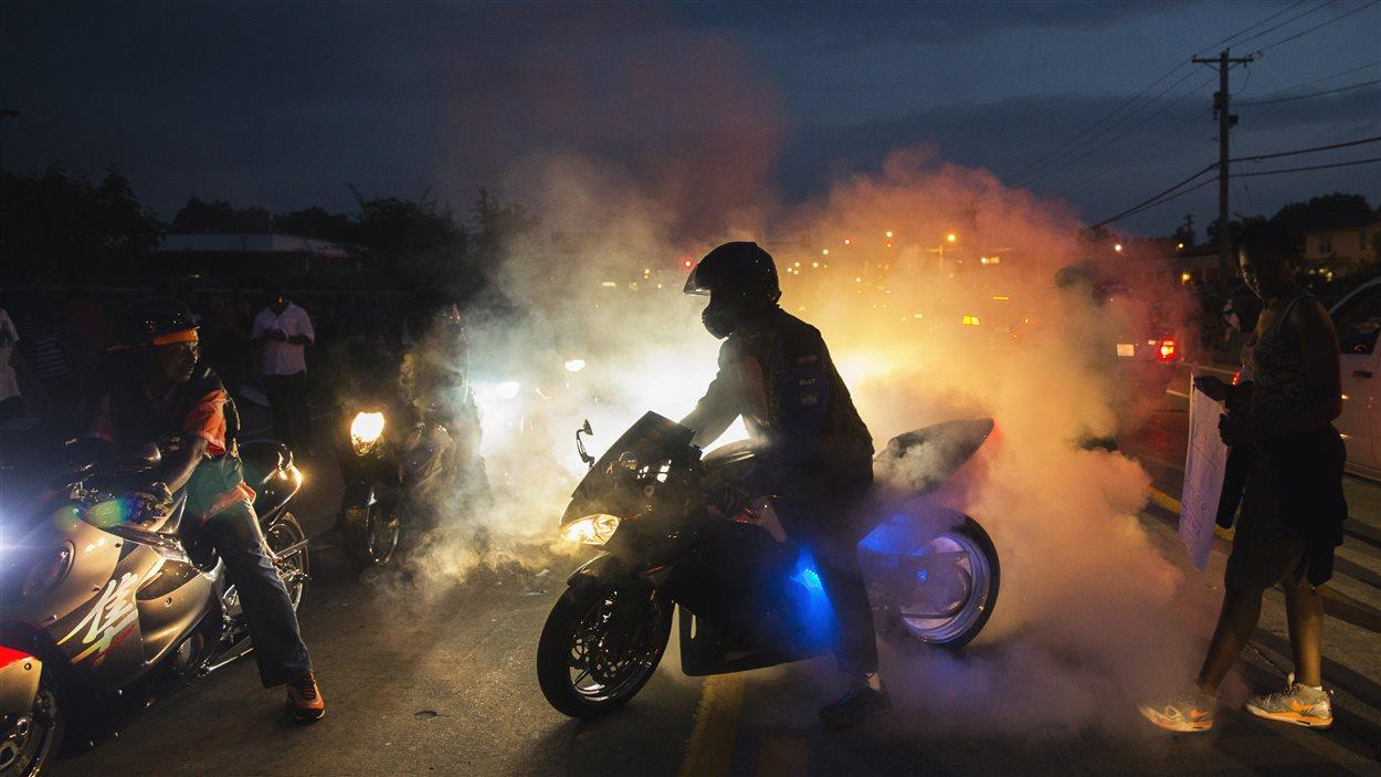 La tension est grande entre les policiers et les manifestants à Ferguson, pour une huitième nuit.