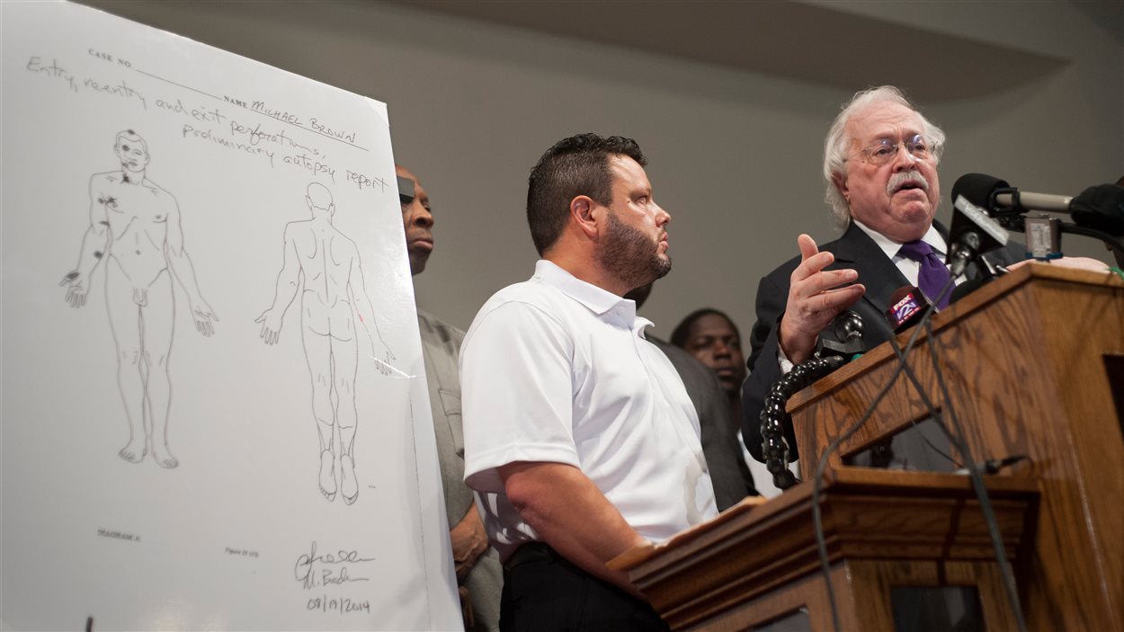 Le Dr Baden (droite) et le Pr Shawn Parcells (gauche), qui ont pratiqué l'autopsie indépendante sur Michael Brown, le 18 août 2014