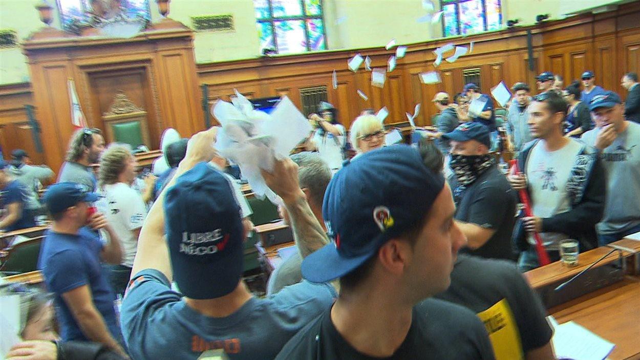 Des copies de conventions collectives ont été lancées dans la salle du conseil.