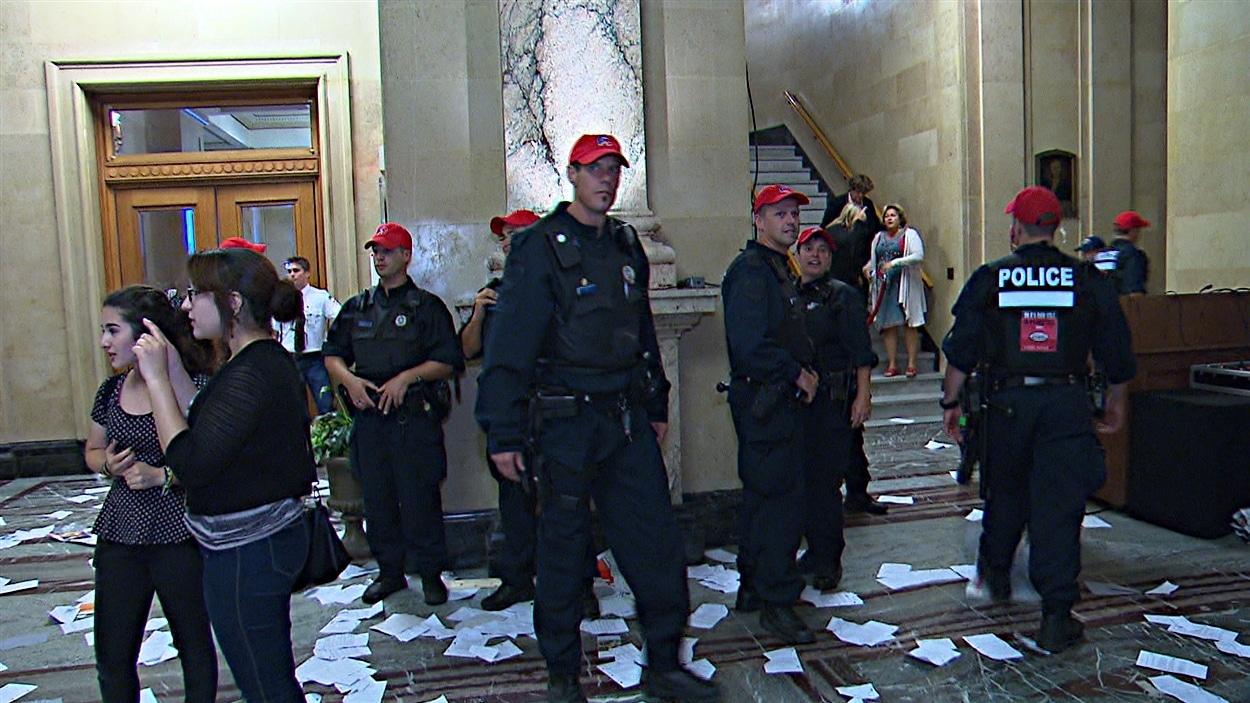 Des policiers présents à l'hôtel de ville de Montréal lors de la manifestation de syndiqués.