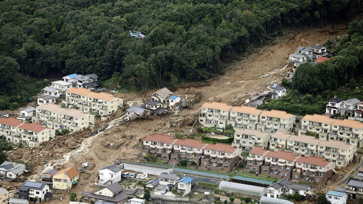 Cette vue aérienne montre l'ampleur d'un glissement de terrain survenu mercredi dans la région de Hiroshima.