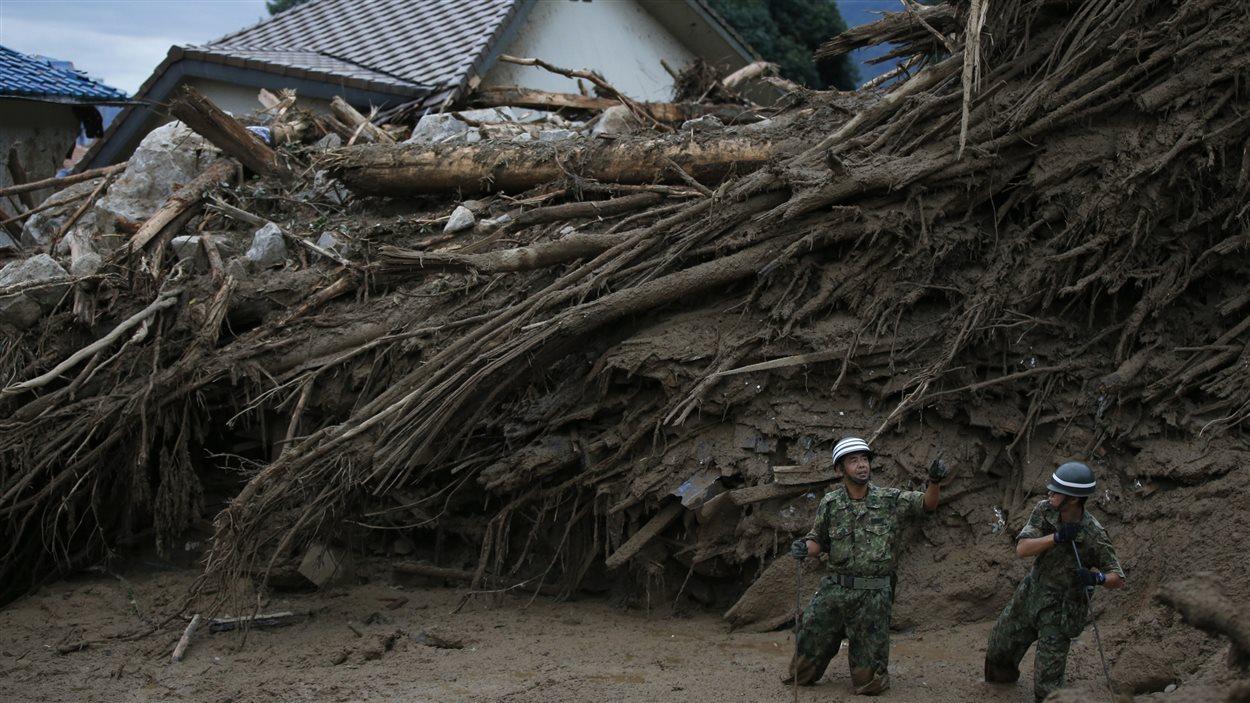 Des soldats japonais ont été dépêchés sur place pour participer à la recherche de survivants.