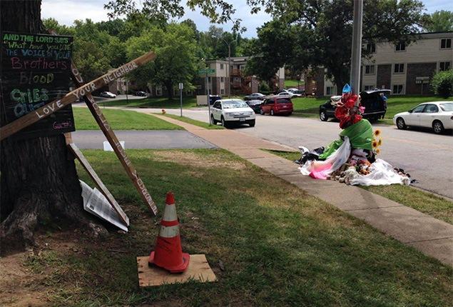 Les citoyens ont érigé un mémorial devant l'endroit où Mike Brown a été abattu. Sur une croix, on peut notamment lire : «Aime ton voisin».