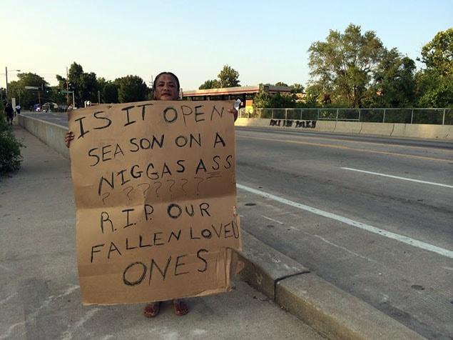 Cette grand-mère, qui s'inquiète pour ses 18 petits-enfants, croit que la chasse aux Noirs est ouverte.