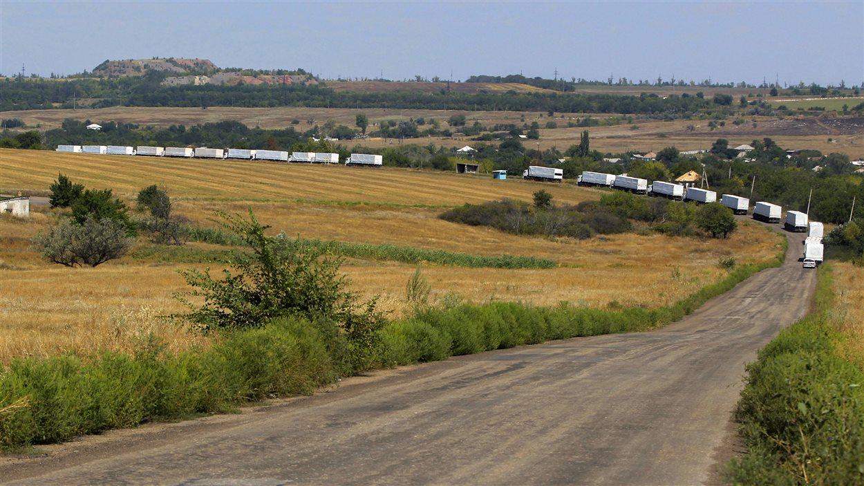 Des camions du convoi russe ont emprunté la route principale menant à Louhansk vendredi, après avoir franchi la frontière.