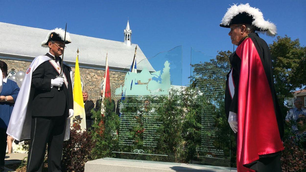 Dévoilement d'un monument commémoratif à la mémoire des 32 victimes de l'incendie de la résidence du Havre.