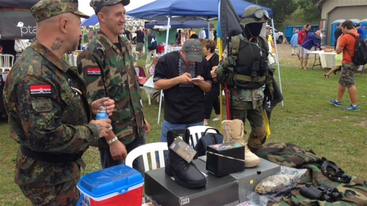 La branche canadienne du groupe paramilitaire ukrainien Right Sector collecte des fonds pendant les célébrations à Toronto.