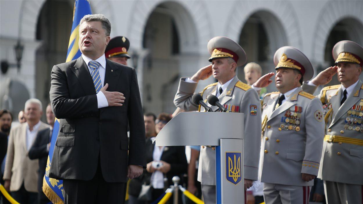 Le président Petro Porochenko chante l'hymne national ukrainien.