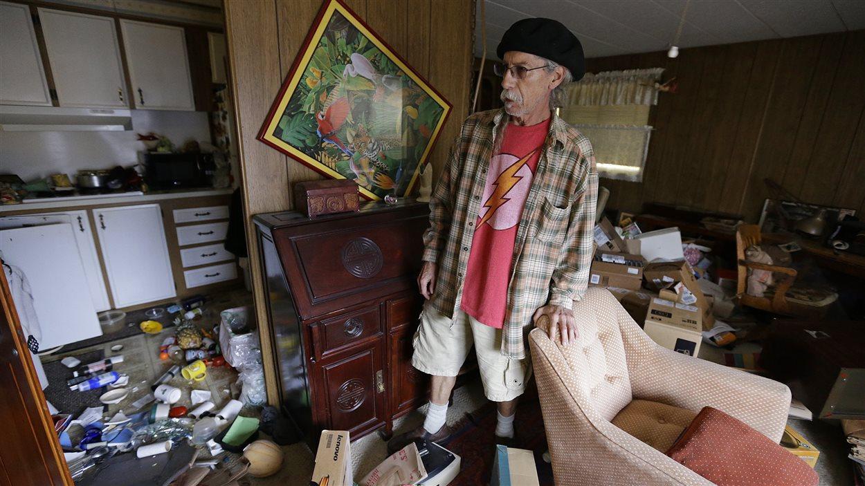 Un résident de Napa constate l'empleur des dégâts dans sa demeure