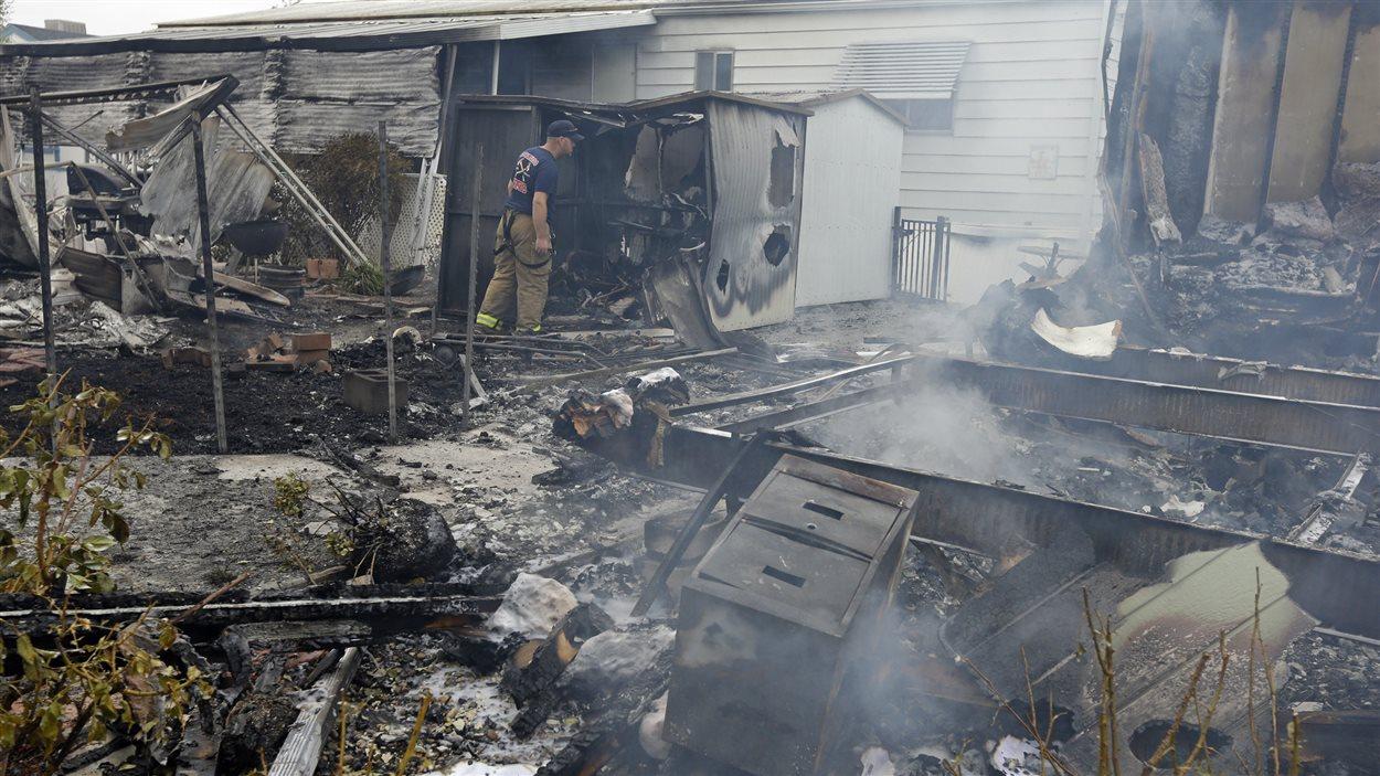 La secousse a provoqué une trentaine d'incendies. Des maisons mobiles ont été complètement détruites.