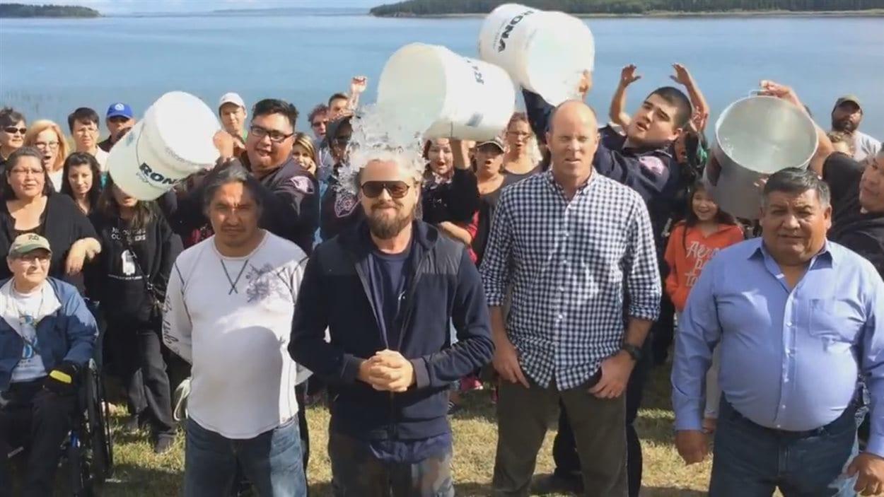 L'acteur Leonardo DiCaprio relevant le défi du seau d'eau glacée dans une vidéo publiée sur sa page Facebook (août 2014).