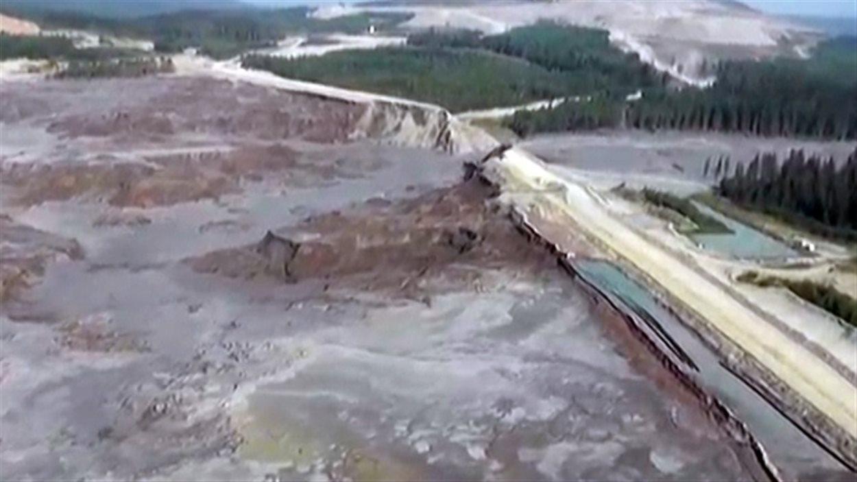 Image arrêtée d'une vidéo prise à partir d'un hélicoptère du bris d'une digue du bassin de rétention, mont Polley.