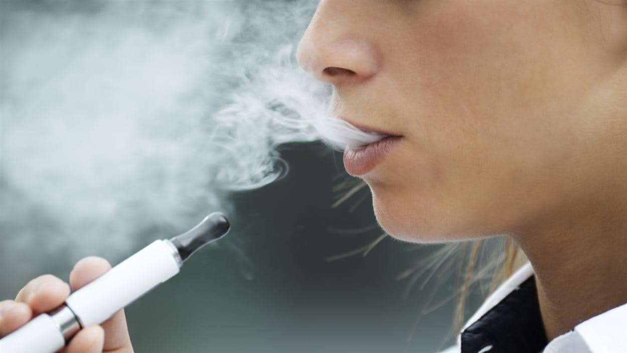 Une femme utilise une cigarette électronique