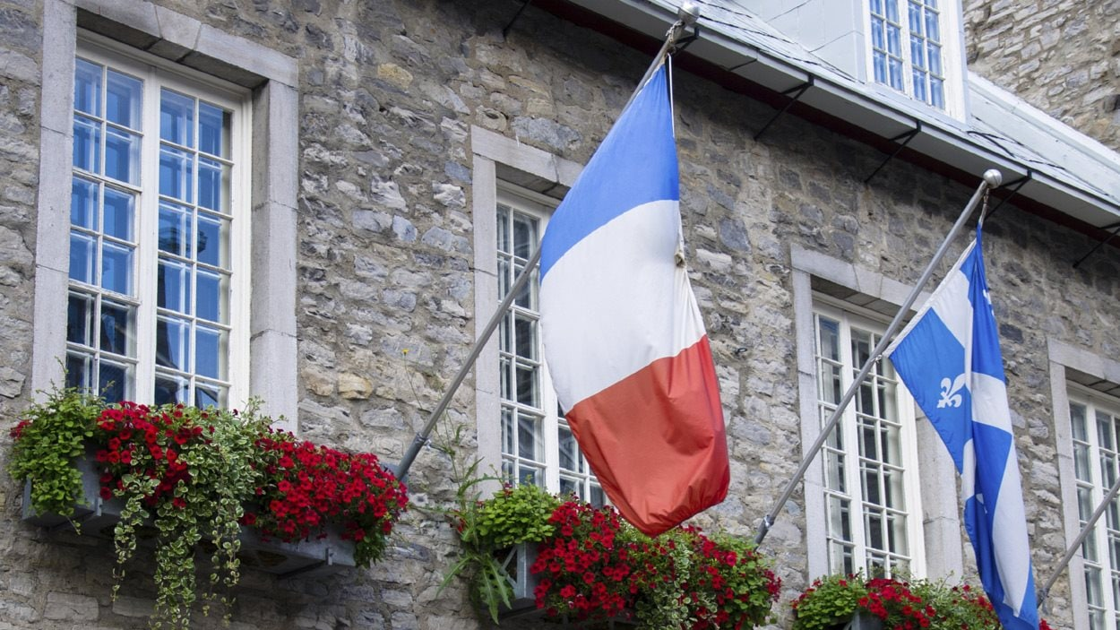 Les drapeaux français et québécois, côte à côte dans le Vieux-Québec
