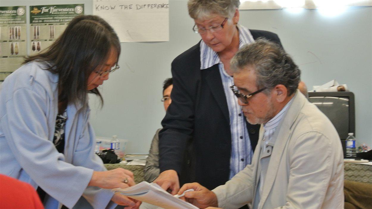 Les chercheurs japonais discutent avec la docteur Sharon Macdonald du Conseil d'aide aux personnes souffrant d'incapacité due à la pollution au mercure.