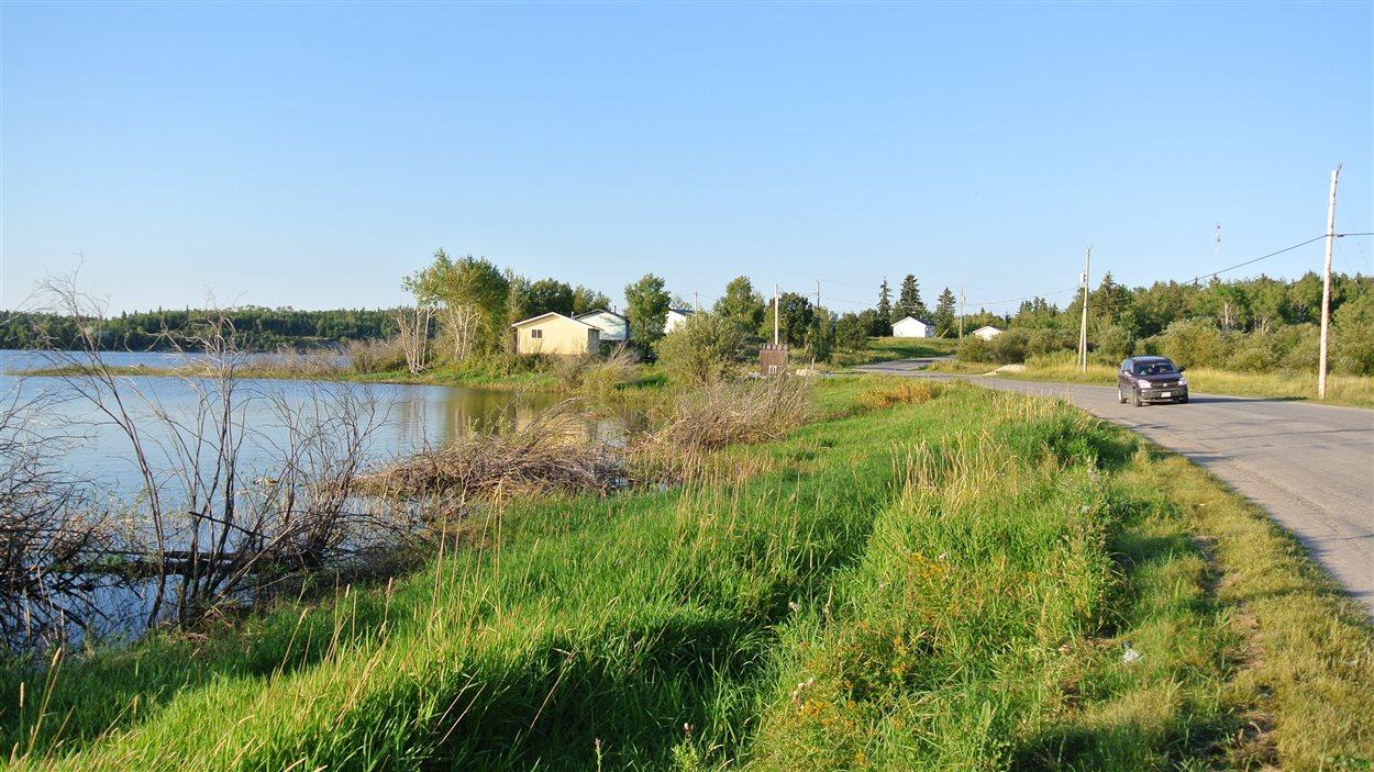 La communauté autochtone de Grassy Narrows est entourée d'eau. Entre 1962 et 1970, une papetière, Dryden chemical, a déversé du mercure dans la rivière Wabigoon/English. C'est ainsi que le poisson, principale source de nourriture pour les résidents de Grassy Narrows,a été contaminé.