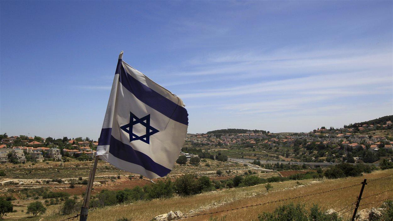 Des drapaux israéliens plantés dans la colonie de Gush Etzion (archives)
