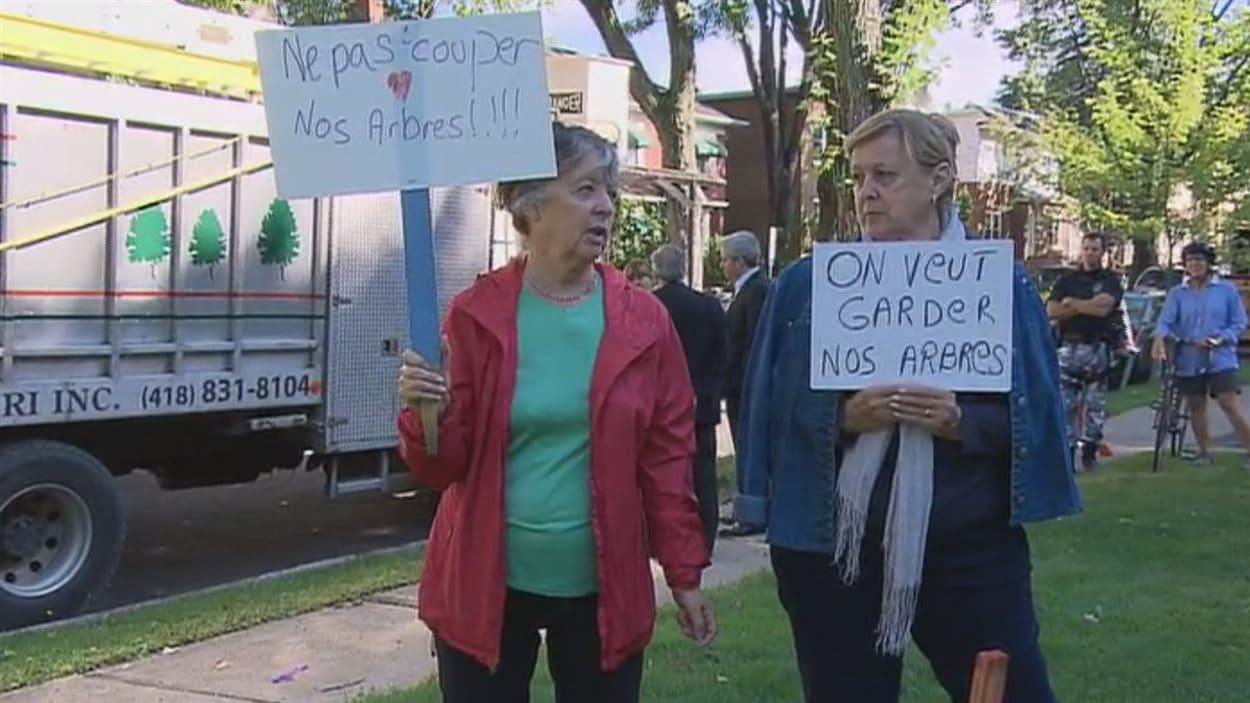 Des résidentes manifestaient leur mécontentement mercredi matin.