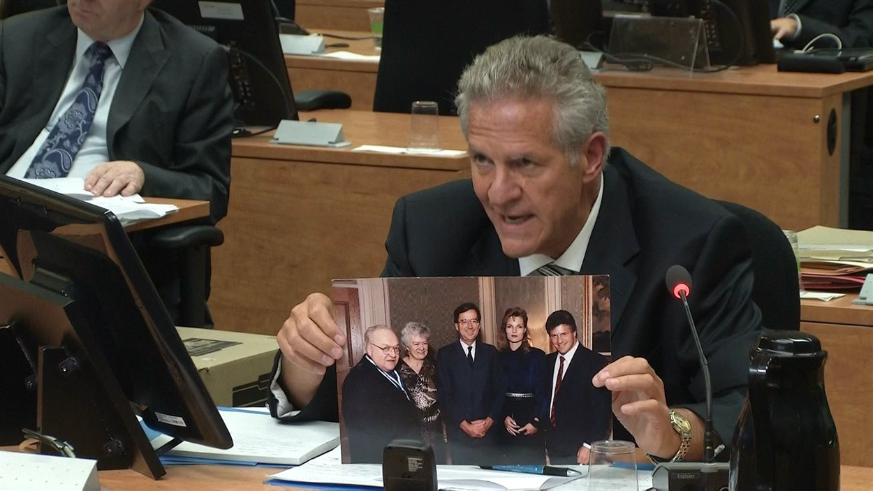 Sur la photo, on peut voir le premier ministre Robert Bourassa, Louis Laberge à gauche et Tony Accurso à droite