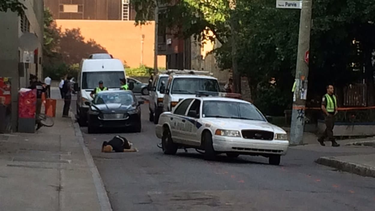 Le mannequin est maintenant au sol après l'impact avec l'auto-patrouille.