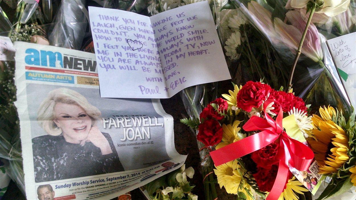 Des admirateurs ont laissé des messages devant l'appartement new-yorkais de Joan Rivers