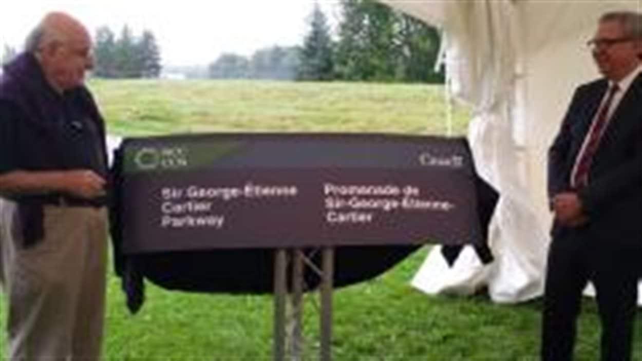 Royal Galipeau, député d'Ottawa—Orléans, et Mark Kristmanson, premier dirigeant de la CCN, ont annoncé conjointement le changement de nom de la promenade de Rockcliffe.