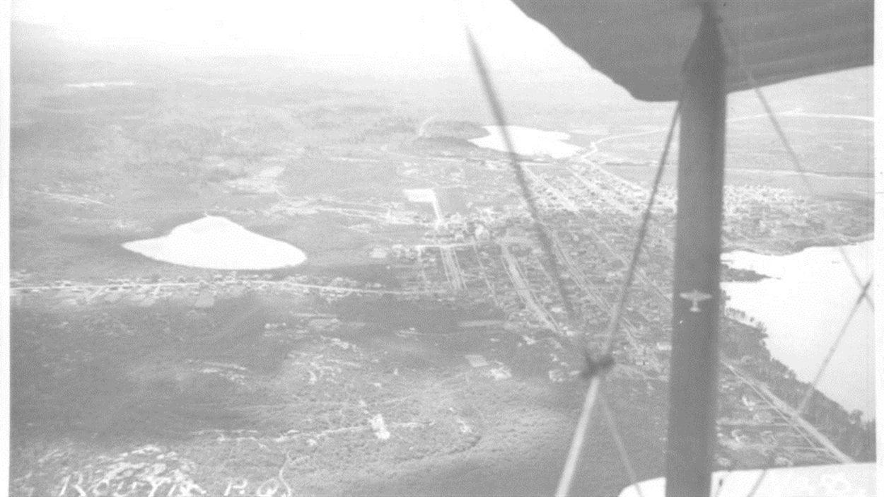 Vue aérienne de la ville de Rouyn. De gauche à droite, on aperçoit le lac Edouard, le lac Noranda (Kiwanis) et le lac Osisko .