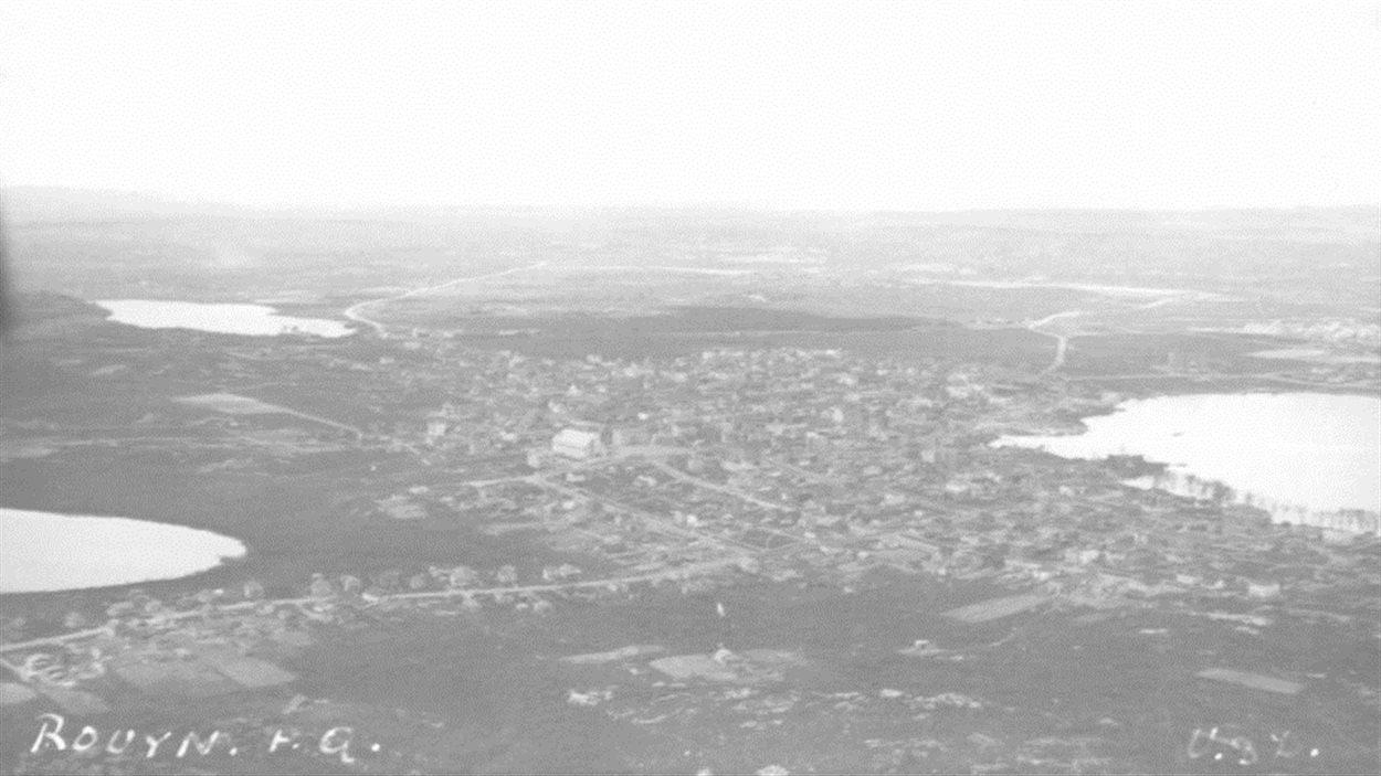 Vue aérienne de la ville de Rouyn. De gauche à droite, on aperçoit le lac Edouard, le lac Noranda (Kiwanis) et le lac Osisko. Au centre, on voit l'Église St-Michel.