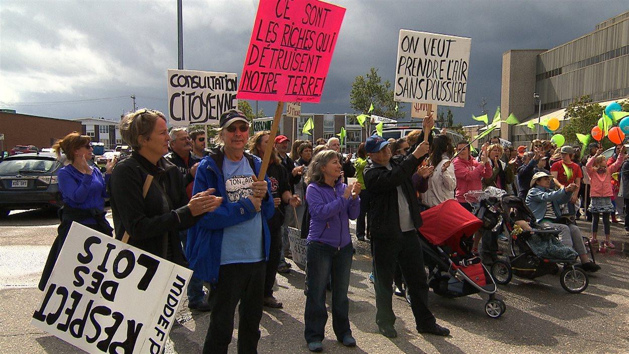 Des citoyens de Sept-Îles manifestent contre le projet de mine d'apatite du promoteur Mine Arnaud