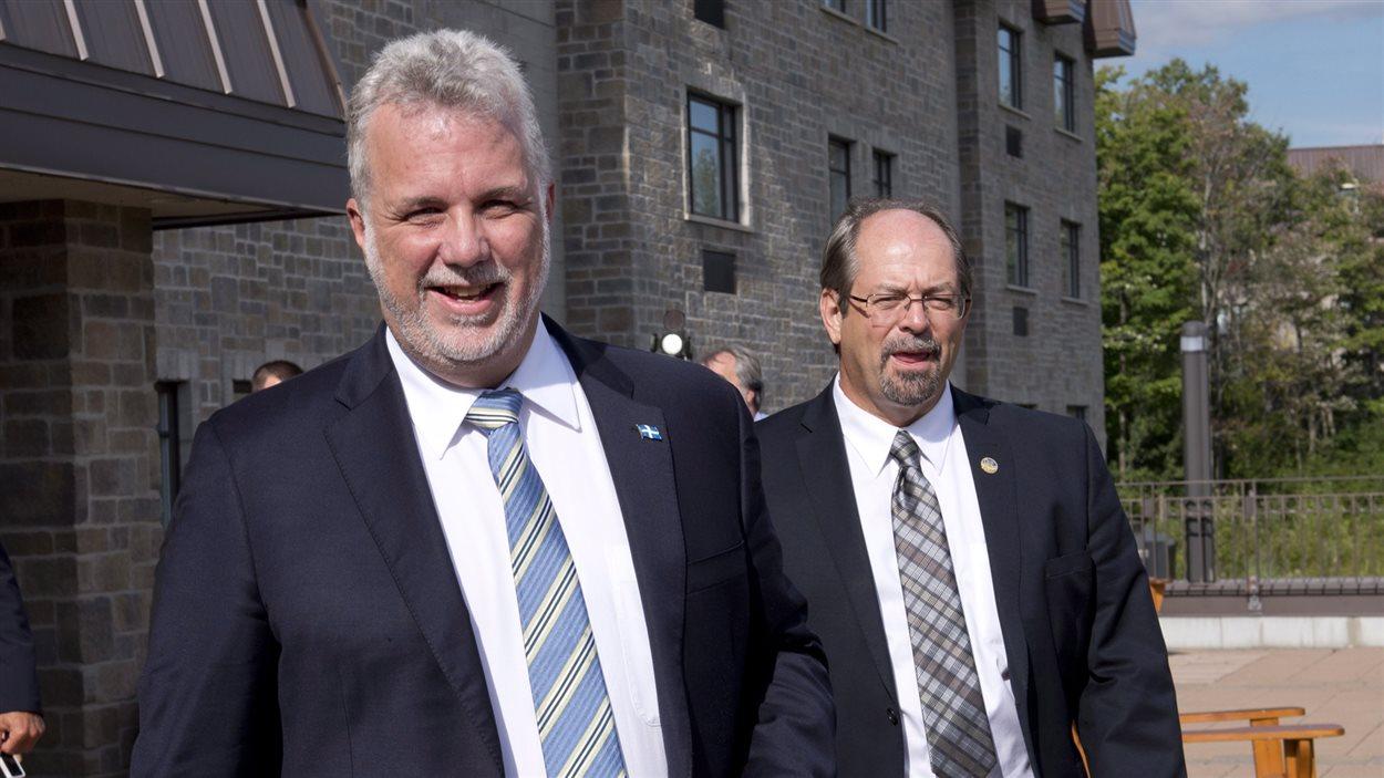 Le premier ministre du Québec, Philippe Couillard, et le ministre responsable des Affaires autochtones, Geoffrey Kelley.